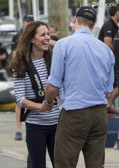 Retrouvailles taquines et câlines après le duel ! Kate Middleton et le prince William étaient en visite à Auckland le 11 avril 2014 dans le cadre de leur tournée en Nouvelle-Zélande. Après une visite de la base de l'Emirates Team New Zealand, ils se sont affrontés lors d'une course nautique, que la duchesse de Cambridge a remportée haut la main.