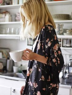 i need a beautiful kimono robe like this Kimono Tee, Floral Kimono, Kimono Jacket, Floral Cardigan, Boho Kimono, Mode Lookbook, Outfits Mujer, Up Girl, Mode Inspiration