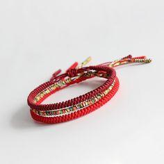 Bracelet tressé Bouddhiste, porte bonheur tibétain porté par Leonardo DiCaprio. Nœud coulissant et taille ajustable fabriqué par des moines tibétains.