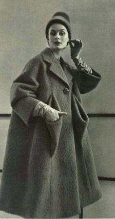 Schiaparelli 1952 - the pockets Fashion Moda, 1950s Fashion, Vintage Fashion, Vintage Coat, Mode Vintage, Fashion Over 50, Over 50 Womens Fashion, Vintage Dresses, Vintage Outfits