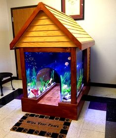 2 in 1 Fish tank/Dog house Not sure if you want to get a pet fish or dog? No Need to contemplate anymore, because someone has invented a 2 in 1 fish tank/dog house. Let your pets get to know one another by letting them live side by side in this ridiculou Aquarium Original, Cool Fish Tanks, Amazing Fish Tanks, In Wall Fish Tank, Fish Tank Bed, Fish Tank Decor, Betta Fish Tank, Cool Dog Houses, Pet Houses