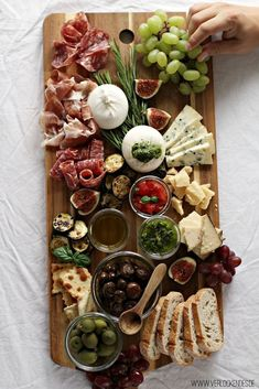 Antipasti-Teller anrichten - My Food - Party Antipasti Platter, Charcuterie Recipes, Charcuterie And Cheese Board, Antipasti Board, Meat Cheese Platters, Cheese Boards, Party Finger Foods, Party Snacks, Birthday Snacks