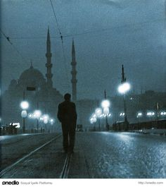 Orhan Pamuk : Istanbul (looks like it was taken by Ara Guler) Monochrome Photography, Artistic Photography, Turkey Country, Gta San Andreas, Paris Match, Hagia Sophia, Night Photos, Famous Places, Magnum Photos