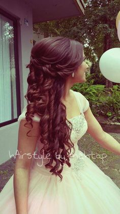 Hermoso cabellera con el pelo rizado.