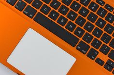 Macbook pomaranczowy