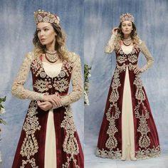 Caftane turque Abaya Fashion, Fashion Outfits, Moda Indiana, Modele Hijab, Costumes Around The World, Fashion Corner, Bride Groom Dress, Turkish Fashion, Medieval Dress