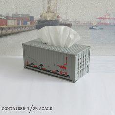ンテナの形をしたティッシュケースを作りました。 1/25スケールです。側面にはコンテナを荷下ろしするガントリークレーン(通称キリン)のイラストをいれました。キリンコンテナ型ティッシュケース同じ柄のTシャツも作ってます!We made a tissue case with a container shape.It is 1/25 scale. We put an illustration of a gantry crane (known as Giraffe) that unloads containers on the side. Giraffe container type tissue case. I am making the same pattern T shirt!