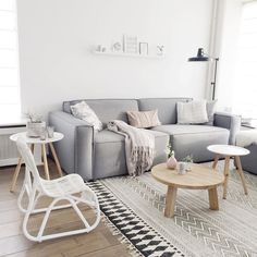 A minimalist living room creates a relaxing atmosphere for the entire family to enjoy and unwind. Do you notice how a clutter free room instantly brings our stress levels down? Home Living Room, Apartment Living, Living Room Decor, Room Interior, Interior Design, Interior Livingroom, Modern Minimalist Living Room, Living Room Inspiration, Family Room