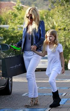 Gwenyth Paltrow wearing IRO Dylan Sequin Jacket, Ray-Ban 3025 Large Metal Aviator Sunglasses and Givenchy Grecian Sandal. Mother Daughter Fashion, Sequin Jacket, Sequin Blazer, Gwyneth Paltrow, Portraits, White Denim, Celebrity Style, Celebrity Kids, Street Style