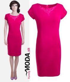 Spoločenské šaty výraznej cyklamenovej farby s originálnou aplikáciou v oblasti dekoltu-trendymoda.sk