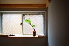 高気密高断熱の家 今は断熱材もサッシの性能も高くなりきちんと作った家は夏涼しく冬暖かい家になります そんな家でも必ず心がけるのが自然の風の流れ . 今の住まいは換気を機械に頼ることが主になっていますが自然の風の流れを活かして窓計画をすると家の隅々まで心地よい住まいになります 水まわりや部屋干し空間衣類を収納するウォークインクローゼットの風の通り道はとても大事 普段はあまり窓を開けられなくても必要な時にしっかり風を通してあげられる風の入り口と出口を作ります . 湿気の多かった家をリノベーションしましたがこの風の通り道を作ったことで室内環境がとても良くなりましたよ