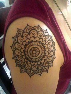 Simple Circular Shoulder Mehndi Design. #Henna #Mehndi #WomenTriangle