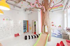 Kids room - Indoor tree and slide - Biblioteka by Yeka Asky