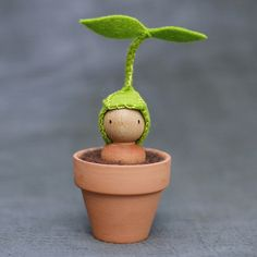 Little Sprout Peg Doll in a Pot: Again, a bit creepy, but another potential way for little ents or dryads to be born Handmade Toys, Peg Wooden Doll, Wooden Pegs, Waldorf Crafts, Waldorf Toys, Nature Table, Felt Dolls, Wool Dolls, Wooden People