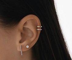 Trending Ear Piercing ideas for women. Ear Piercing Ideas and Piercing Unique Ear. Ear piercings can make you look totally different from the rest. Piercing Oreille Cartilage, Innenohr Piercing, Tattoo Und Piercing, Cartilage Piercing Hoop, Helix Piercing Jewelry, Helix Earrings, Double Helix Piercing, Helix Hoop, Top Of Ear Piercing