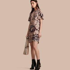 Шелковое платье с оборками на рукавах