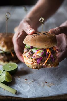 A delicious recipe for Thai Turkey Burgers- infused with lemongrass, ginger & basil, topped w/ Crunchy Asian Slaw and Spicy Aioli Grilling Recipes, Cooking Recipes, Bread Recipes, Potato Recipes, Cooking Tips, Soup Recipes, Amazing Burger, Onigirazu, Gastronomia