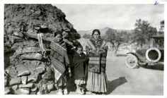Navajo women and childs Native American Proverb, Native American Beauty, Native American Indians, Native Americans, Navajo Women, Navajo Art, Taos Pueblo, Navajo Weaving, Native Indian