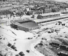 1958 interessant aan deze foto vind ik dat er nog een rail lijkt te lopen achter station en klokketoren langs naar het oude station.