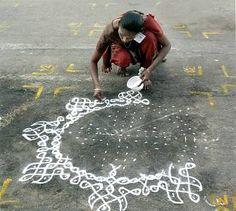 The symmetry and geometry of kolam drawing, in Tamil Nadu. Beautiful Rangoli Designs, Kolam Designs, Om Namah Shivaya, Art Du Monde, Krishna, Kolam Rangoli, Mother India, Simple Rangoli, Chalk Art