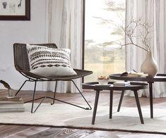 Stuhl aus braunem Geflecht mit breiter Sitzfläche. Die perfekt Ergänzung für eure Einrichtung im orientalischen Look. Spirit Of Summer, Accent Chairs, Dining Chairs, Design, Furniture, Trends, Home Decor, Engineered Wood, Get Tan