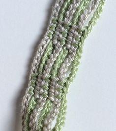 Este bonito colar feito em crochet foi cuidadosamente trabalhado em fio de algodão. Contém missangas e flores feitas em crochet como principais motivos de decoração.  Todas as minhas criações são peças únicas.