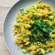 Karry krydrede stegte blomkålsris som et alternativ til almindelig hvide ris. Kan du lide stegte ris, så skal du helt klart prøve denne opskrift!