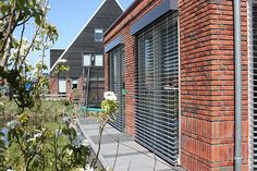 Ypenburg, den Haag, Nederland. Buitenjaloezie met spankoorden, moderne opbergkasten en besturing met Somfy.