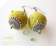 Felt Diy, Handmade Felt, Felt Crafts, Diy Jewelry, Jewelry Making, Felt Embroidery, Textile Jewelry, Fabric Beads, Felt Ball