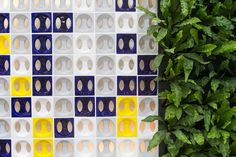 Apresentada na Expo Revestir, de 11 a 14 de março de 2014, em São Paulo, essa composição traz o cobogó com elementos cerâmicos do modelo Eclipse, da Manufatti (www.manufatti.com.br) e o sistema modular para jardins verticais da GreenWall Ceramic (www.greenwallceramic.com.br) Rodrigo Capote/UOL