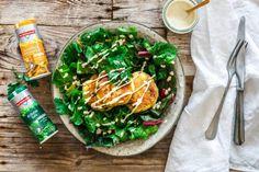 Würzige Kartoffelplätzchen auf Mangold-Salat mit Cashew-Sour-Cream-Dressing - lecker vegan