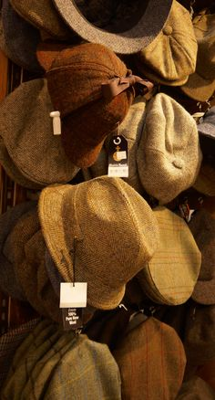 Harris Tweed hats and caps, dope for fall & winter Country Hats, Country Attire, Country Style, Gentleman Hat, Gentleman Style, Driving Cap, Style Classique, Newsboy Cap, Flat Cap
