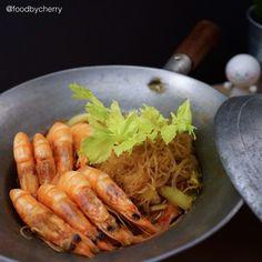 It's been a busy day so I didn't have time to post my dinner and here's #latepost of my favorite Thai food tonight :: shrimps and vermicelli hot pot. It's steamed shrimps and bean thread noodle with herbs and spices  have a great night everyone  ทานไปนานแล้ว แต่เพิ่งจะมีเวลาโพสรูป วันนี้อาหารเย็นง่ายๆ กุ้งอบวุ้นเส้นจ้า ดัดแปลงสูตรนิดหน่อย จะได้ไม่อ้วนน้าาาา แต่เค้าชอบหัวกุ้งอ่ะ อิอิ ตัดออกไม่ได้จิงๆ   Shrimp and vermicelli hot pot  Ingredients  10-15 medium size shrimps  2 packs of…