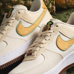RELEASE 🍍💗 Check de Air Force 1 '07 Premium 'Happy Pineapple' met fruitig accent. De Swoosh en de hak zijn van bladvezels van ananas. Het kokosmelkkleurige bovenwerk en de buitenzool van kurk geven je een aardse look. Scoor ze hier ➞ Air Force 1, Nike Air Force, Nike Cortez, Pineapple, Sneakers Nike, Lifestyle, Shoes, Nike Tennis, Zapatos