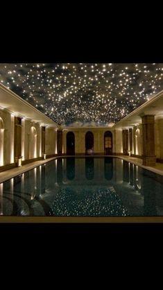 El techo de la habitación de la piscina