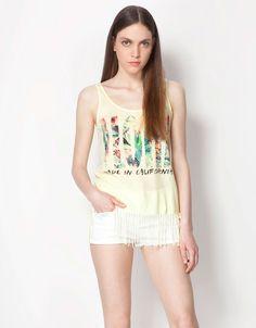 baskılı bluz modeli beyaz renk, beyaz renk mini şort, denim şort  #bershka #elbise #koleksiyon #desen #desenlielbise #etnikelbise #ilginçelbise # kısaelbise #şort #etek #bluz #yazlık #ayakkabı #tulum #pantolon