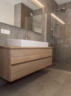 Badkamer met design houten lavabomeubel - Dagmar Buysse