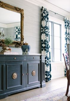 kate-marker- schumacher-draperies-window-treatments-Elegant-dining-room | lovely blue and white dining room with Mary McDonald fabric | gold leaf mirror | love the buffet table