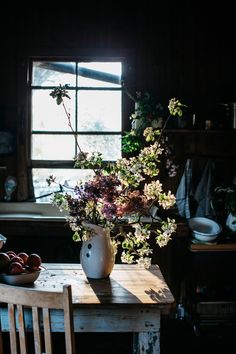 Kitchen Inspiration | Moody Kitchen | Dark Kitchens | Moody Interiors | Autumn Interiors | Dark Interiors | Flowers | Dramatic |