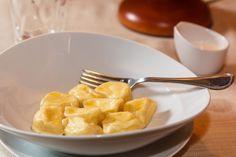 Ингредиенты  400 г мука 250 г вода 2 г + 5 г соль (для теста+для начинки) 5 г масло подсолнечное 600 г творог (жирность до 9%) 2 шт.яичный желток 50 г масло сливочное (размягченное) 35 г…