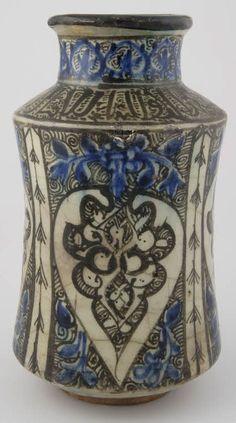 Albarelle à décor de palmettes  14e - 15e siècle  Égypte Pâte siliceuse, décor peint sous glaçure