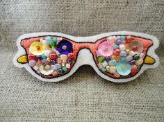 フエルトに眼鏡とビーズを刺繍し、ブローチに仕上げました。シンプルな鞄のアクセントにいかがでしょうか。 【サイズ】 縦2.5cm 横6cm 厚さ3mm ※サイズ... ハンドメイド、手作り、手仕事品の通販・販売・購入ならCreema。