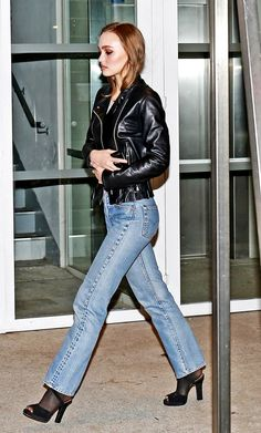 Lily-Rose Depp is shown here in the most famous denim uniform which is of a pair of classic medium blue jeans and a black leather biker jacket. Lily Rose Melody Depp, Lily Rose Depp Style, 80s Jeans, Denim Jeans, Jeans Skinny, Vanessa Paradis, Johnny Depp, 80s Fashion, Fashion Outfits