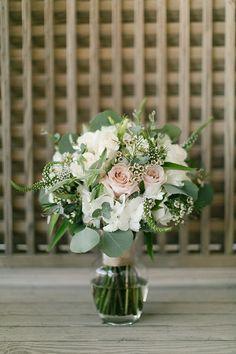 Bouquet romantique avec roses pâles et végétal