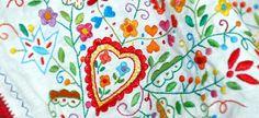 Os lenços dos namorados – uma tradição portuguesa para celebrar o amor Os Lenços de Namorados (ou Lenços de Pedido como são também designados) têm origem no Minho e pensa-se que a sua tradição remonta ao século XVIII. A jovem, quando chegava à idade de casar, bordava, com os desvelos e cuidados que o palpitar do seu coração lhe impunham, um quadrado de linho ou de algodão com motivos e mensagens de amor.