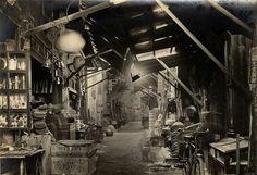 感謝團友分享一張台灣日本時代所拍攝的台南永樂町市場照片,左邊的店面招牌隱約可看出「新復發」以及櫥窗內許多販賣的商品,市場裡還有客館。 拍照的年代在1931年6月以前,<日本地理風俗大系 台灣篇>有收錄這張照片。
