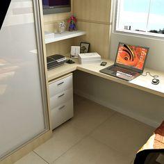 Escrivaninha abaixo da janela