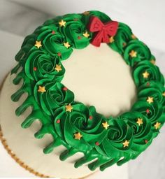 christmas cupcakes How beautiful is this wreath cake! Delicious vanilla cake with vanilla buttercream, my favorite! Christmas Cake Designs, Christmas Cake Decorations, Christmas Sweets, Holiday Cakes, Christmas Goodies, Holiday Baking, Christmas Desserts, Christmas Baking, Christmas Birthday Cake