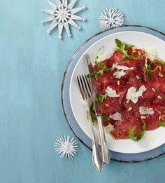 PLUS Supermarkt - Carpaccio met pijnboompitjes, Parmezaanse kaassnippers en balsamice dressing. Bekijk de rest van ons kerstassortiment in ons kerstmagazine