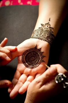 Round Mehndi Designs #asianwedding #mehndi book the ebst henna artists for your #wedding at www.yourdreamshaadi.co.uk
